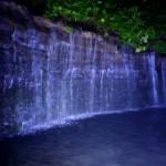 軽井沢の夏の夜のイベント情報。「白糸の滝」のライトアップが感動的でした。